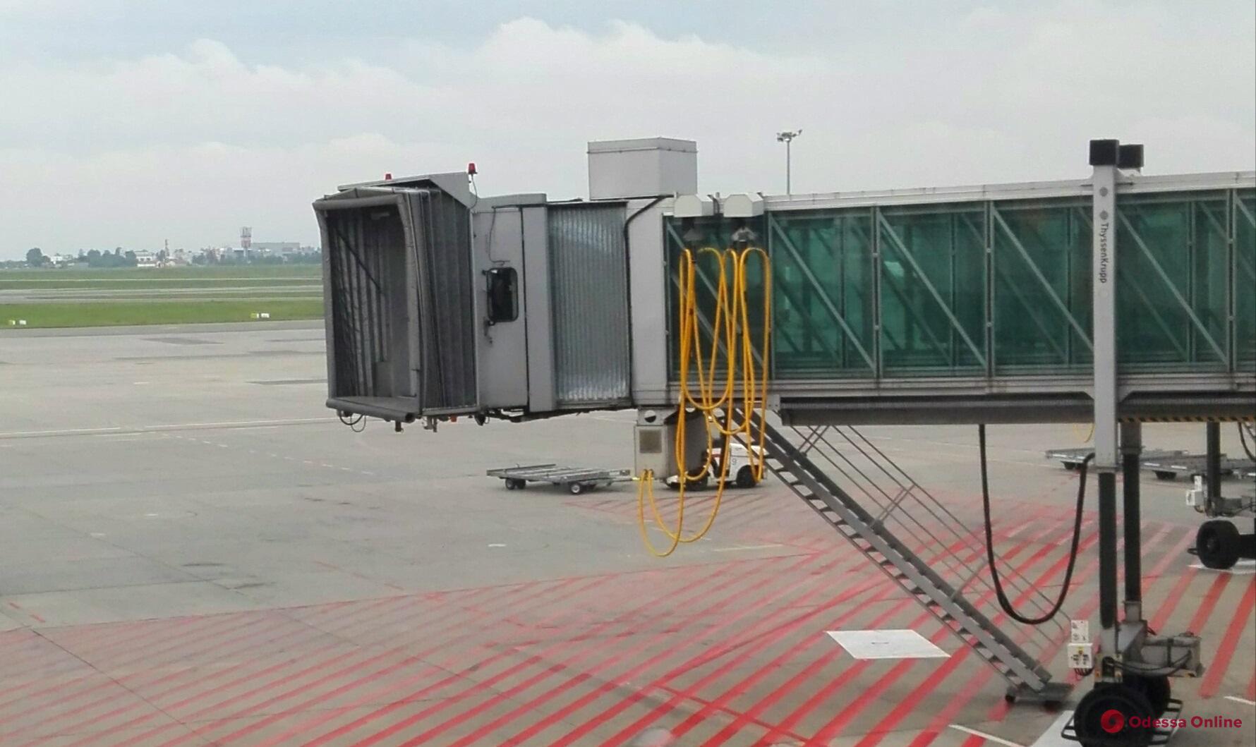 В Одесском аэропорту установят 4 стеклянных телескопических трапа