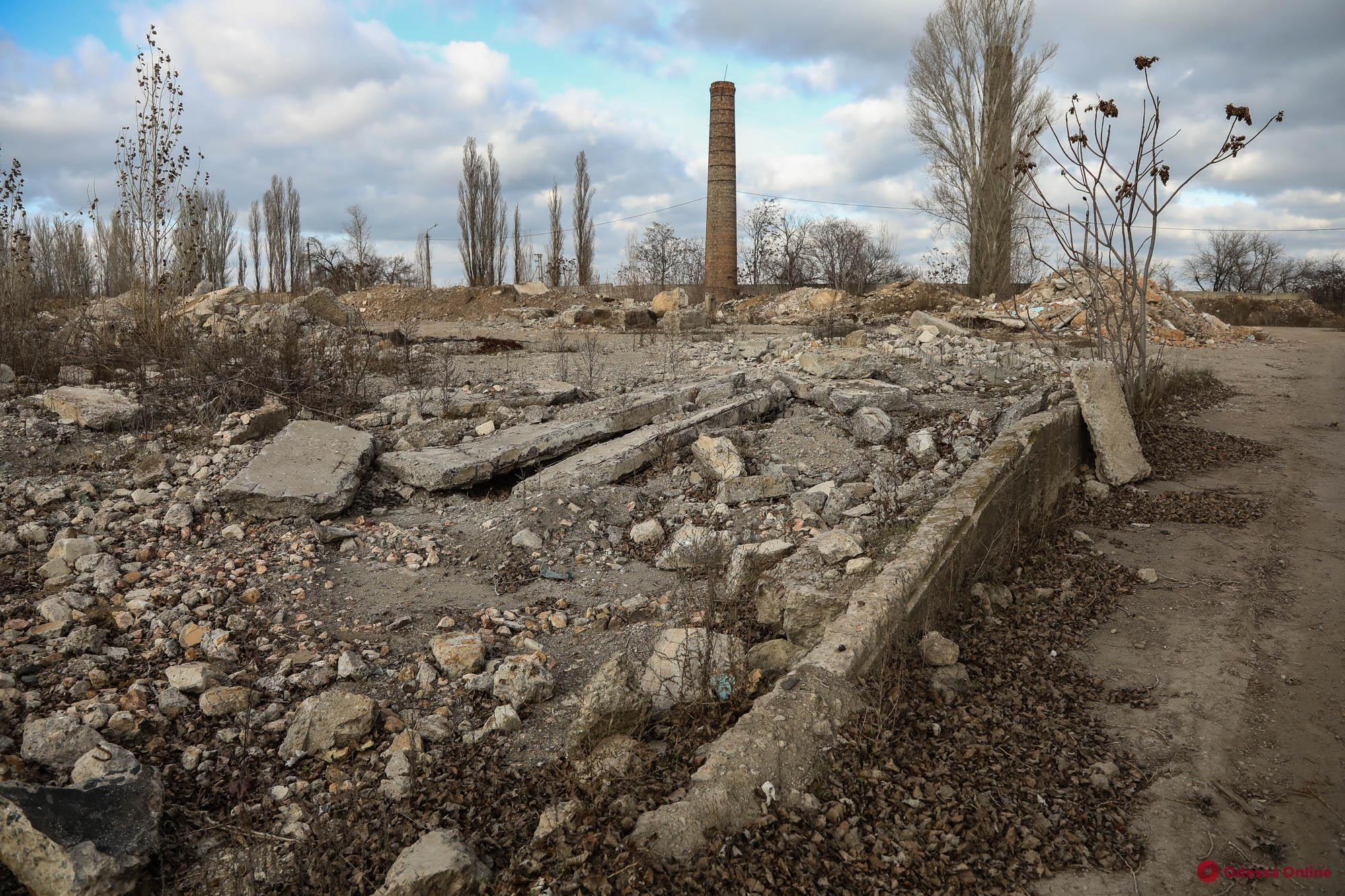 Руины одесского завода «Центролит»: мусор и горы дробленого бетона (фоторепортаж)
