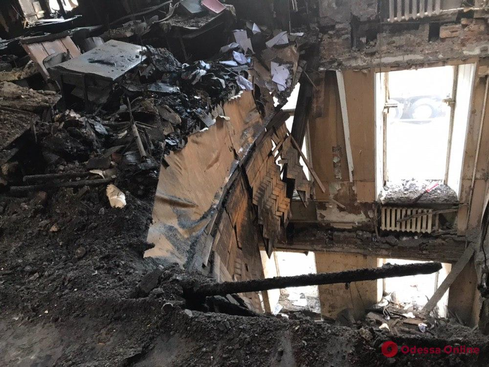 Пожар на Троицкой: спасатели начали разбор конструкций на уровне шестого этажа с помощью «строительной лодки» (фото)