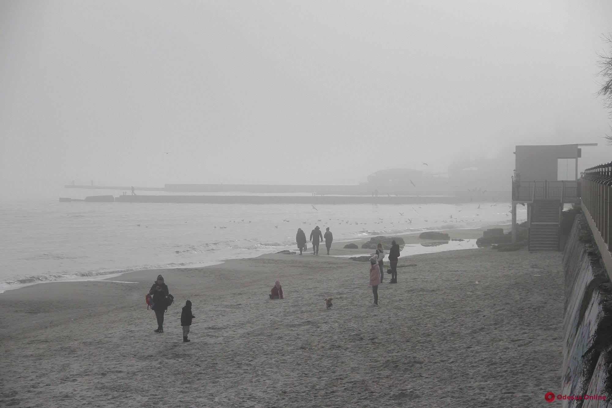На побережье Одессы опустился туман (фоторепортаж)