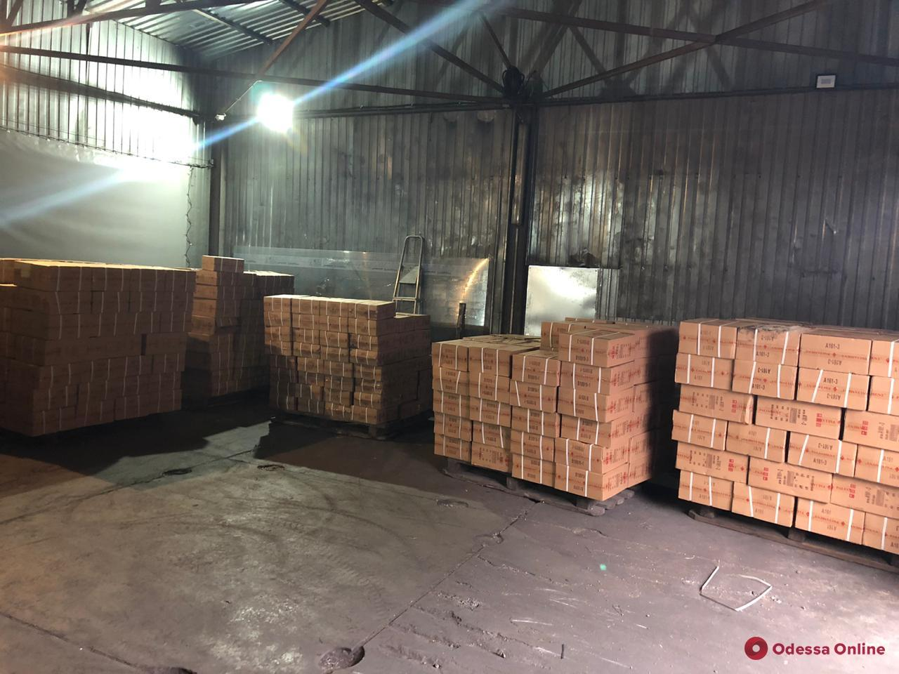 В Одесском порту обнаружили 7 тысяч пар контрафактной обуви (фото)