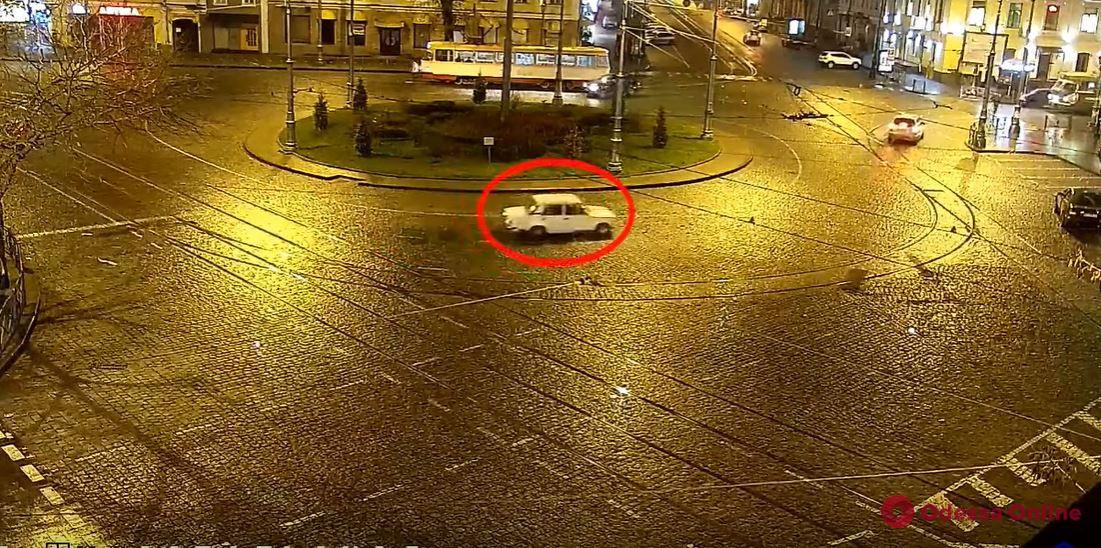«Жигульный экстремал»: одесский водитель решил поиграть в гонщика на Тираспольской площади (видео)