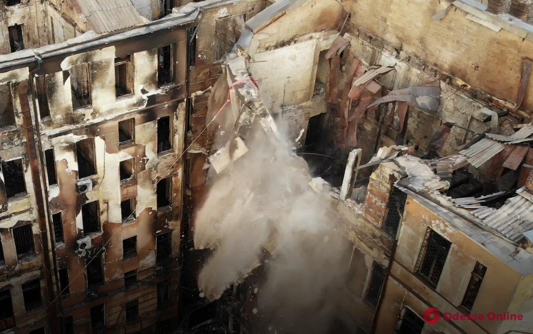 На Троицкой демонтируют аварийную стену сгоревшего здания (видео, обновлено)