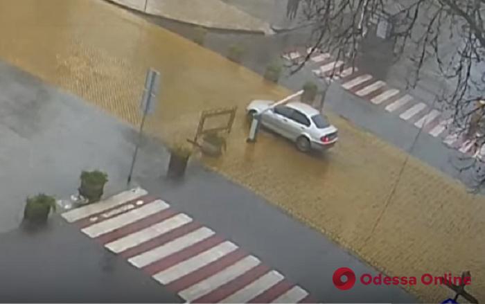 Не поставил на «ручник»: автомобиль протаранил шлагбаум возле Археологического музея (видео)
