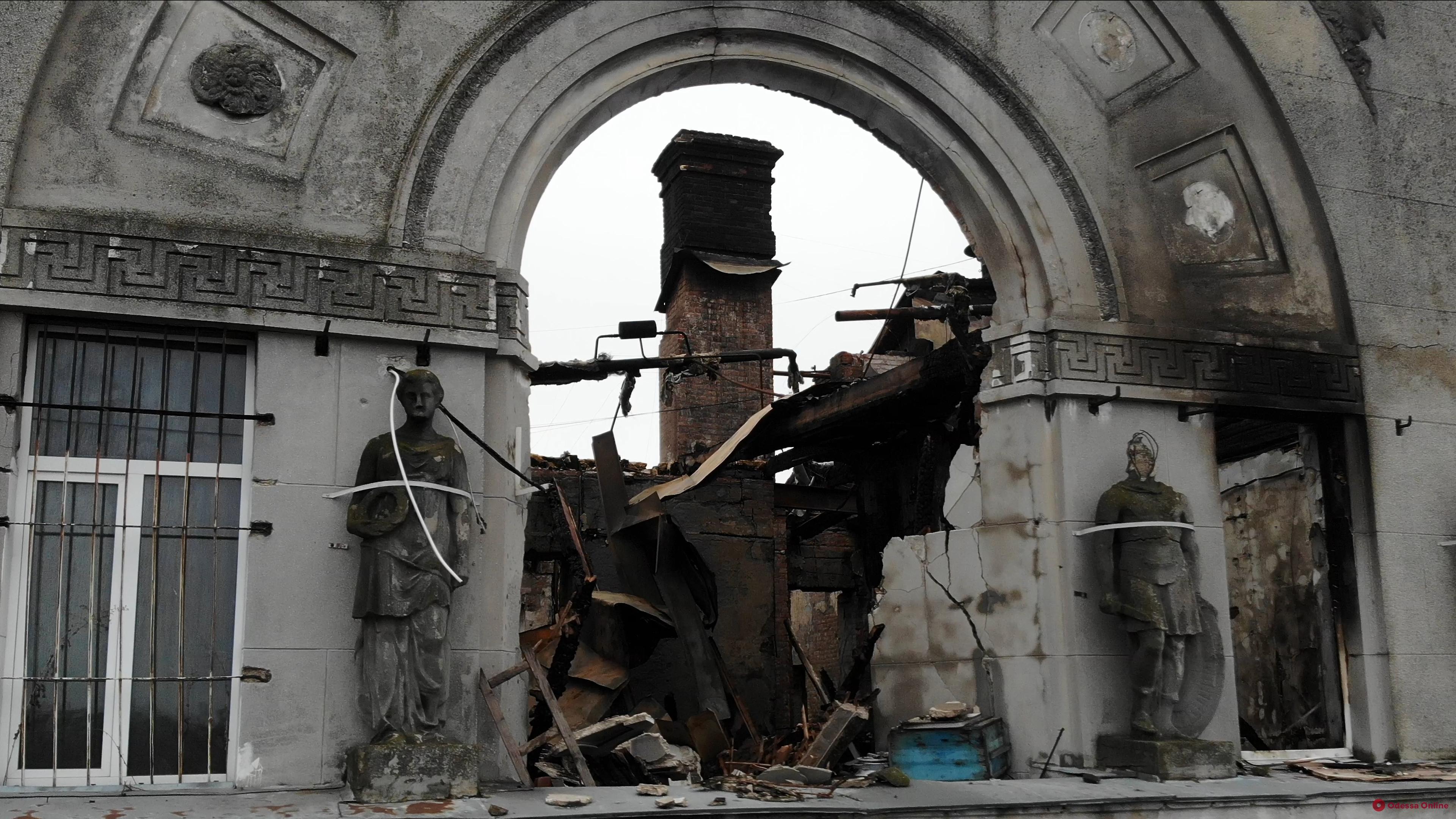 Спасатели будут разбирать завалы сгоревшего дома Асвадурова еще два дня (фото с квадрокоптера)