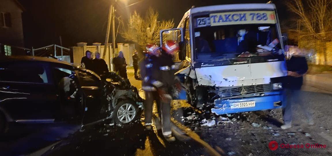 Под Одессой столкнулись маршрутка и легковушка — есть пострадавшие (фото, видео)
