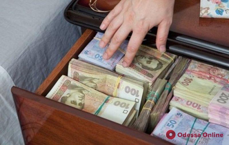Рабочий украл у 69-летней одесситки более миллиона гривен