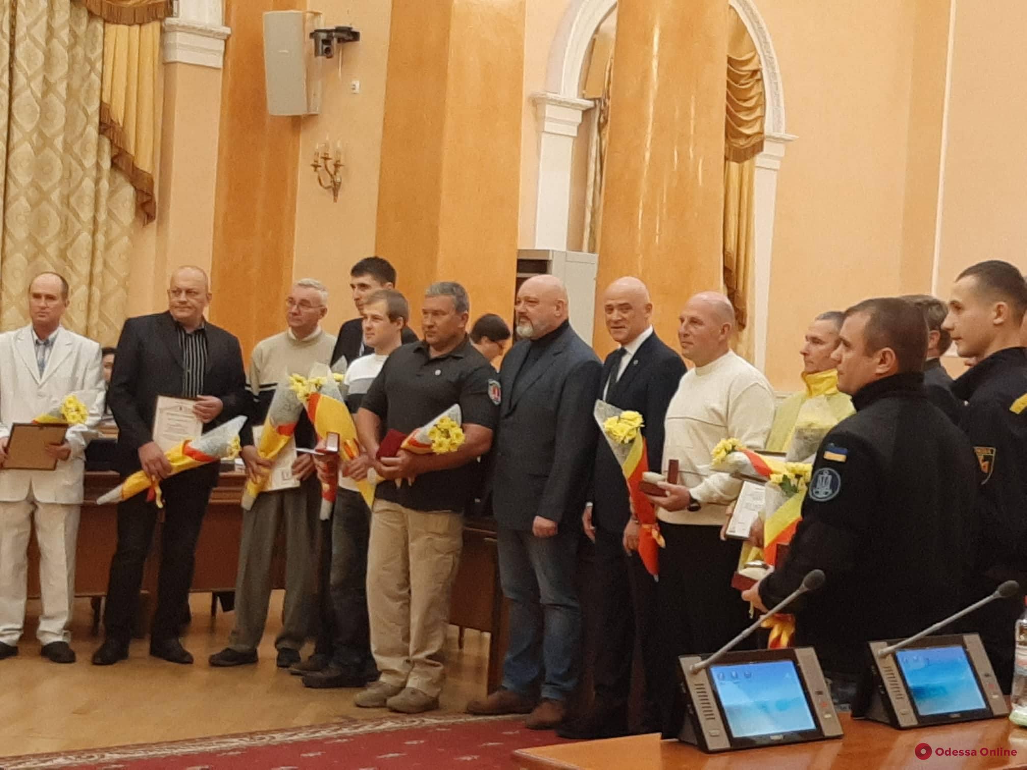 Одесский городской голова наградил водолазов за спасение экипажа танкера Delfi