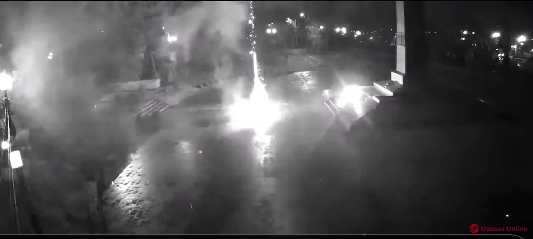 Неизвестные устроили фейерверки возле Вечного огня в парке Шевченко (видео)