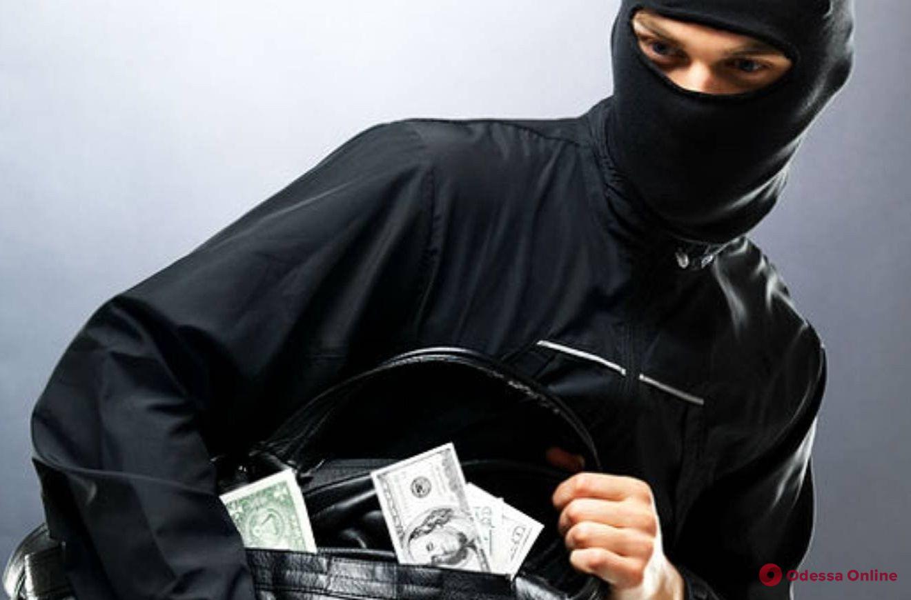 «Вели» жертву от обменного пункта до дома: на поселке Котовского кавказские «гости» ограбили одессита