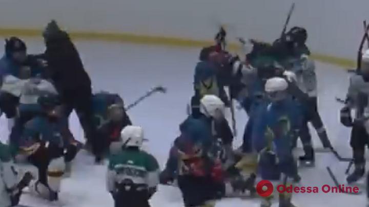 Валил на лед юных спортсменов: одесская полиция проводит проверку в отношении тренера хоккейной команды (видео)