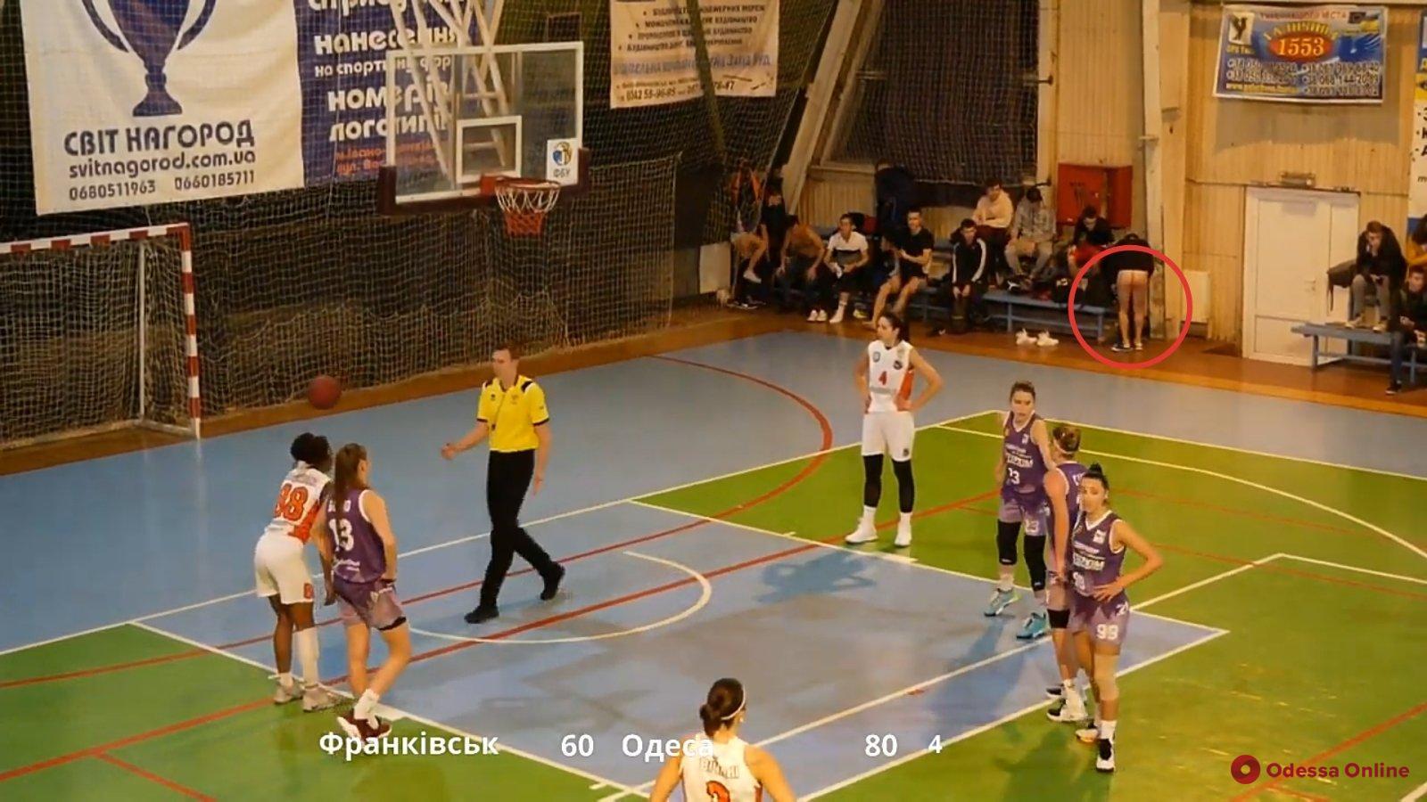 Голая «пятая точка» мужчины «засветилась» в прямой трансляции матча женской баскетбольной Суперлиги