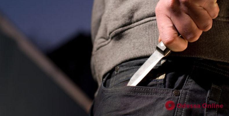 Показалось мало: одессит с ножом вымогал «доплату» за свой телефон у сотрудницы ломбарда