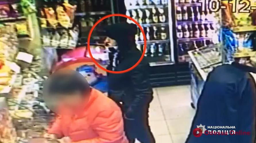 Полиция разыскивает мужчину, напавшего на поселке Котовского на одессита (видео)