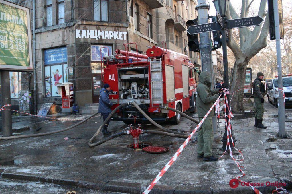 Троицкая сегодня: пожарные продолжают тушить очаги тления в сгоревшем здании (фото)