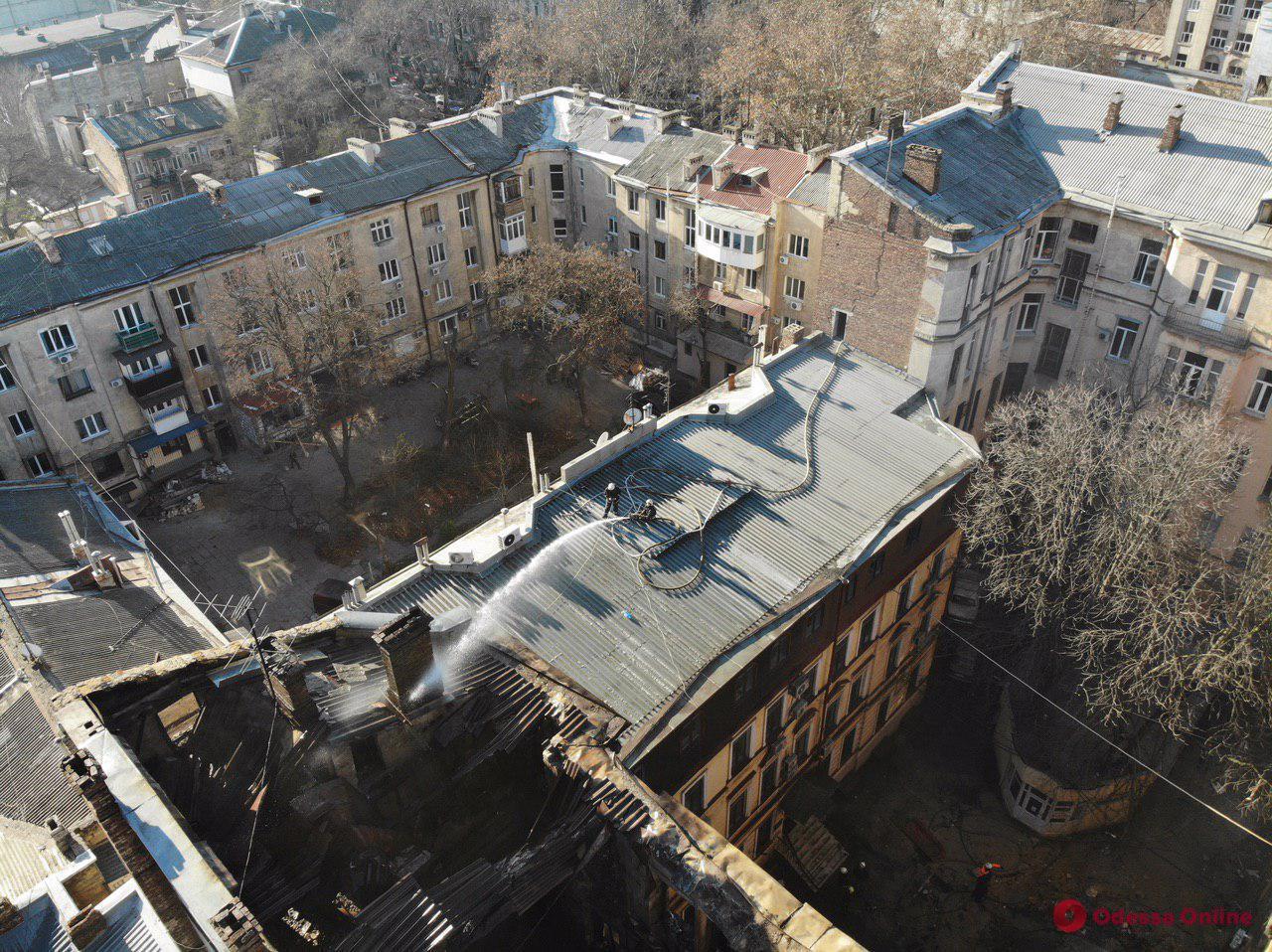 Крышу сгоревшего здания на Троицкой проливают водой (фото с квадрокоптера)