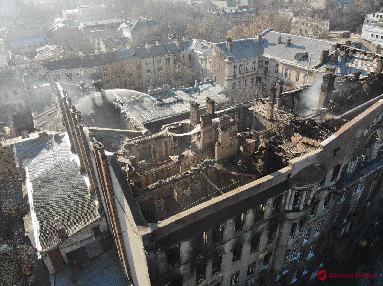 Спасатели закончили проливать водой сгоревшее здание на Троицкой (фото, обновлено)