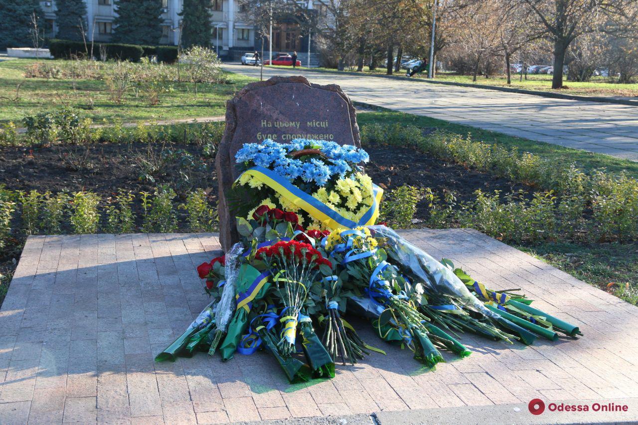 В Одессе возложили цветы в сквере Героев Небесной сотни (фото)