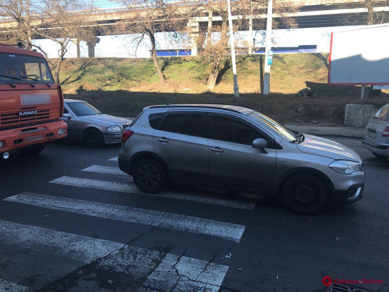 На Приморской КАМАЗ въехал в Suzuki – в результате пострадала женщина-пешеход