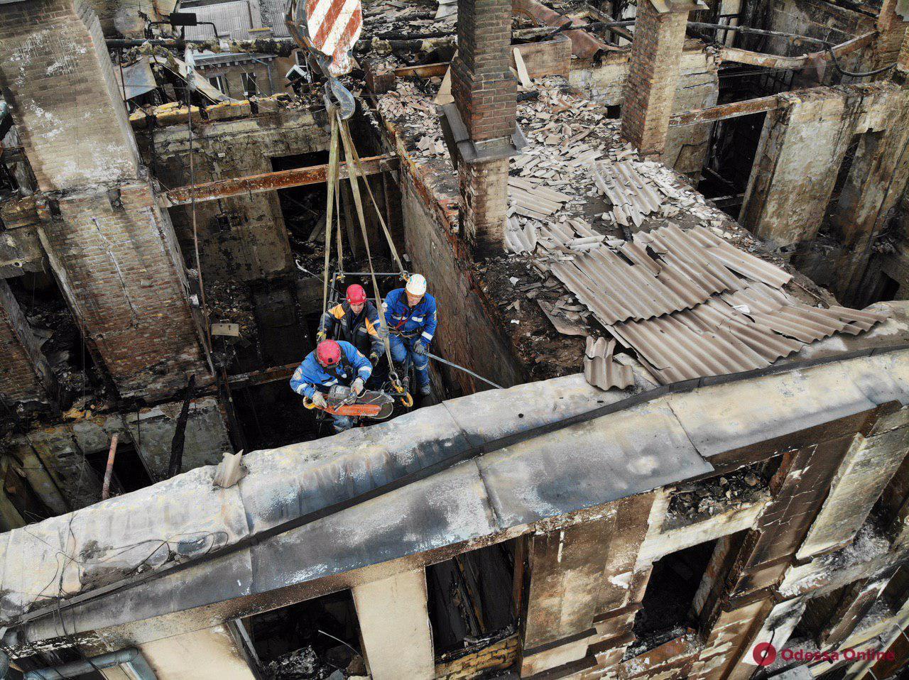 Спасатели продолжают разбирать завалы на Троицкой (фото с квадрокоптера)
