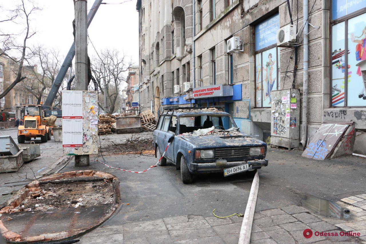 На Троицкой демонтировали еще два этажа аварийной стены сгоревшего дома (обновлено)