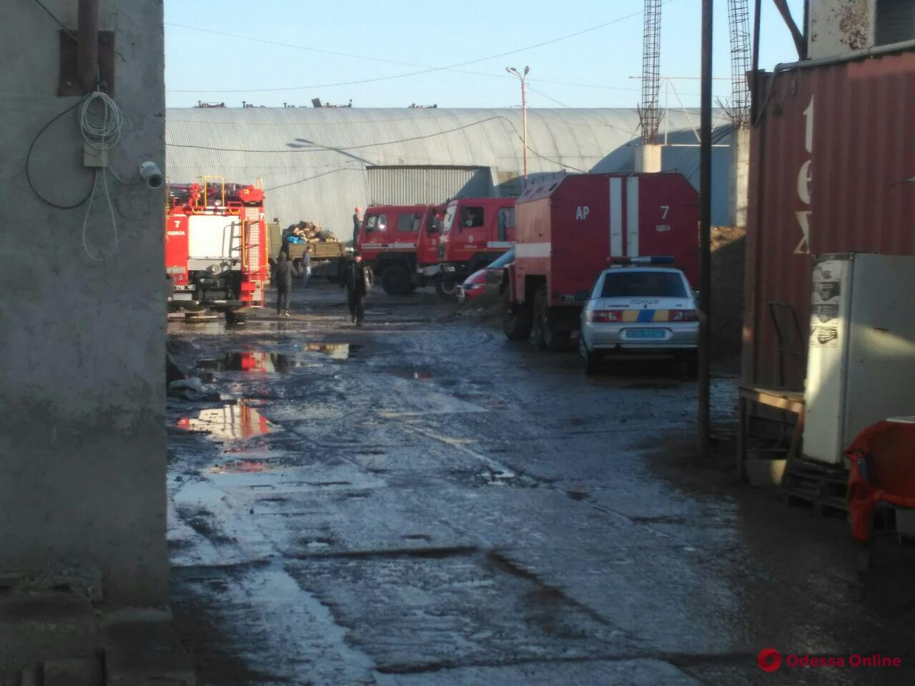 В районе «7 километра» горят склады (видео, обновлено)