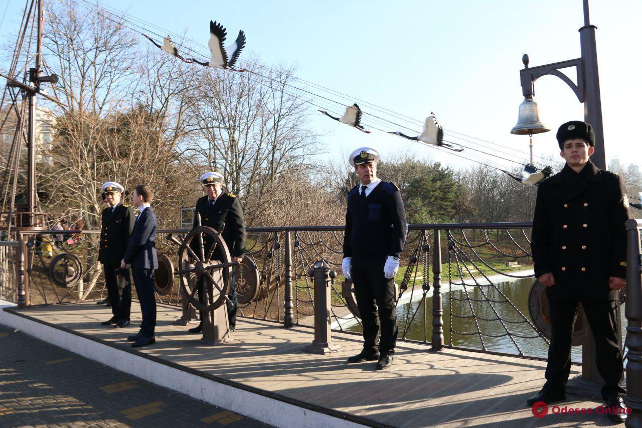 Птицы, штурвал и компас: в парке Победы открыли мост в морском стиле (фото)