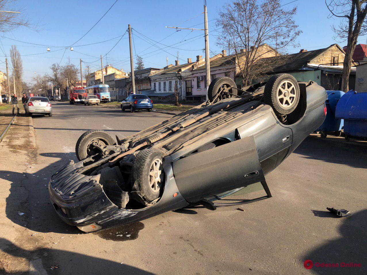 В Одессе Toyota врезалась в Geely и перевернулась (фото)