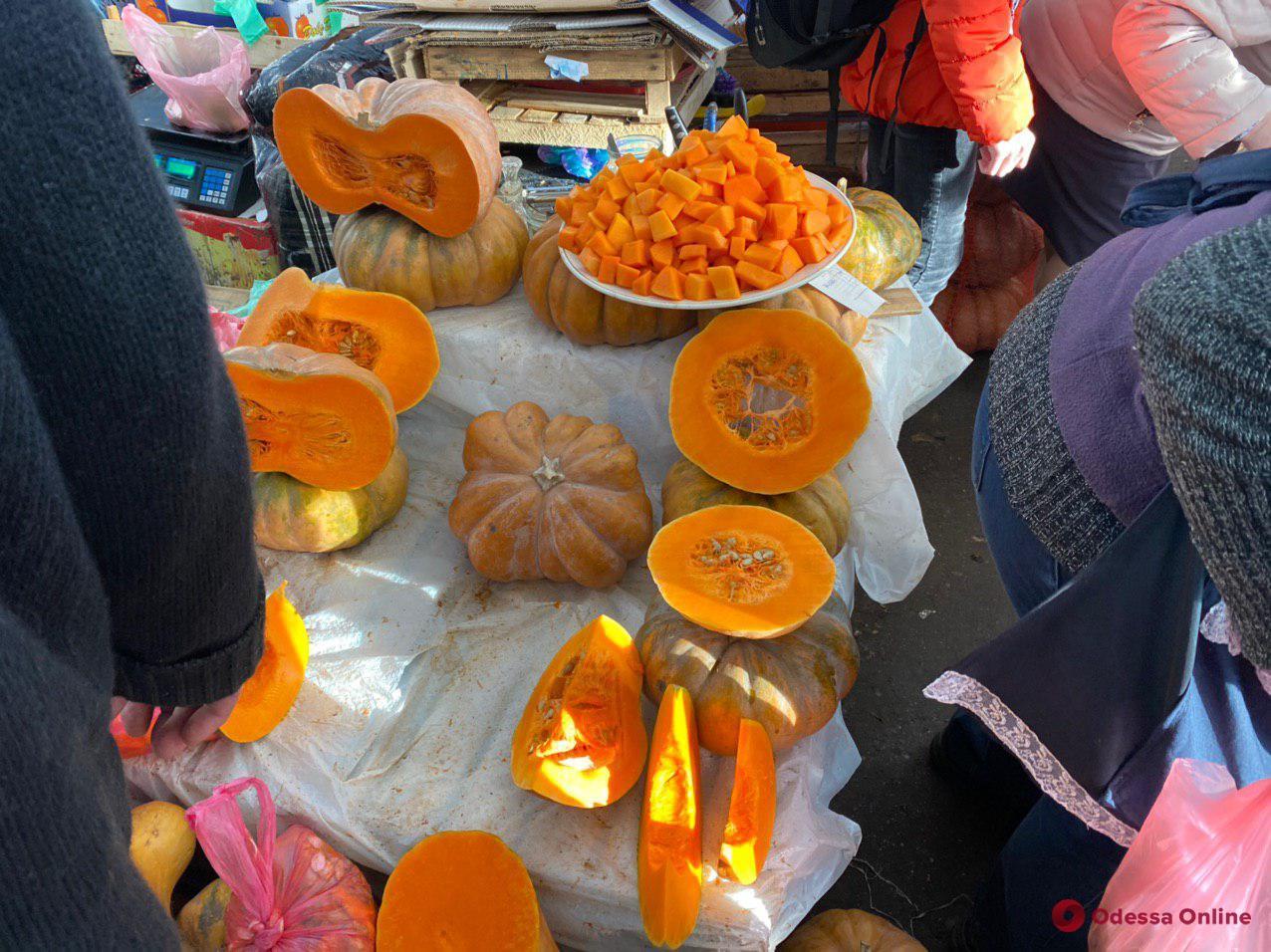 Ананасы, мандарины и «золотая» клубника: воскресные цены на одесском «Привозе»