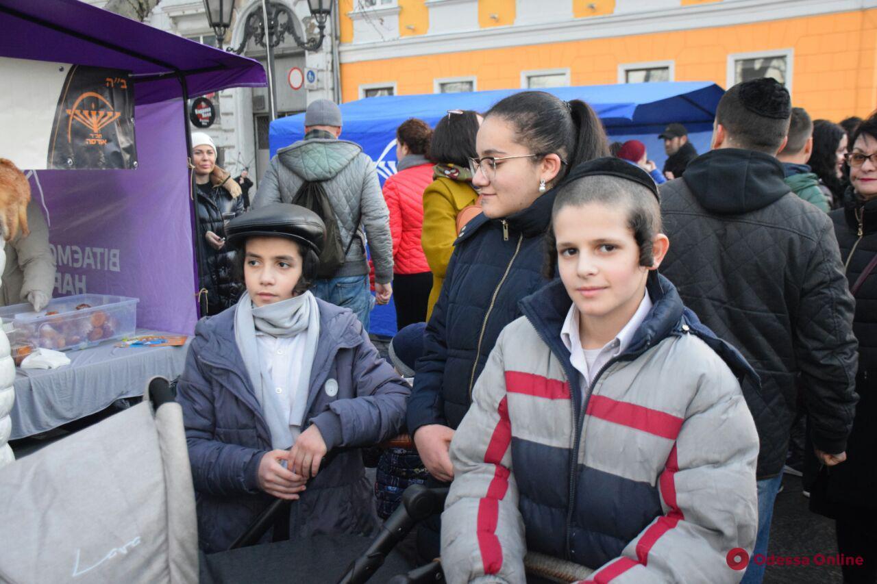 На Приморском бульваре праздновали Хануку (фоторепортаж)