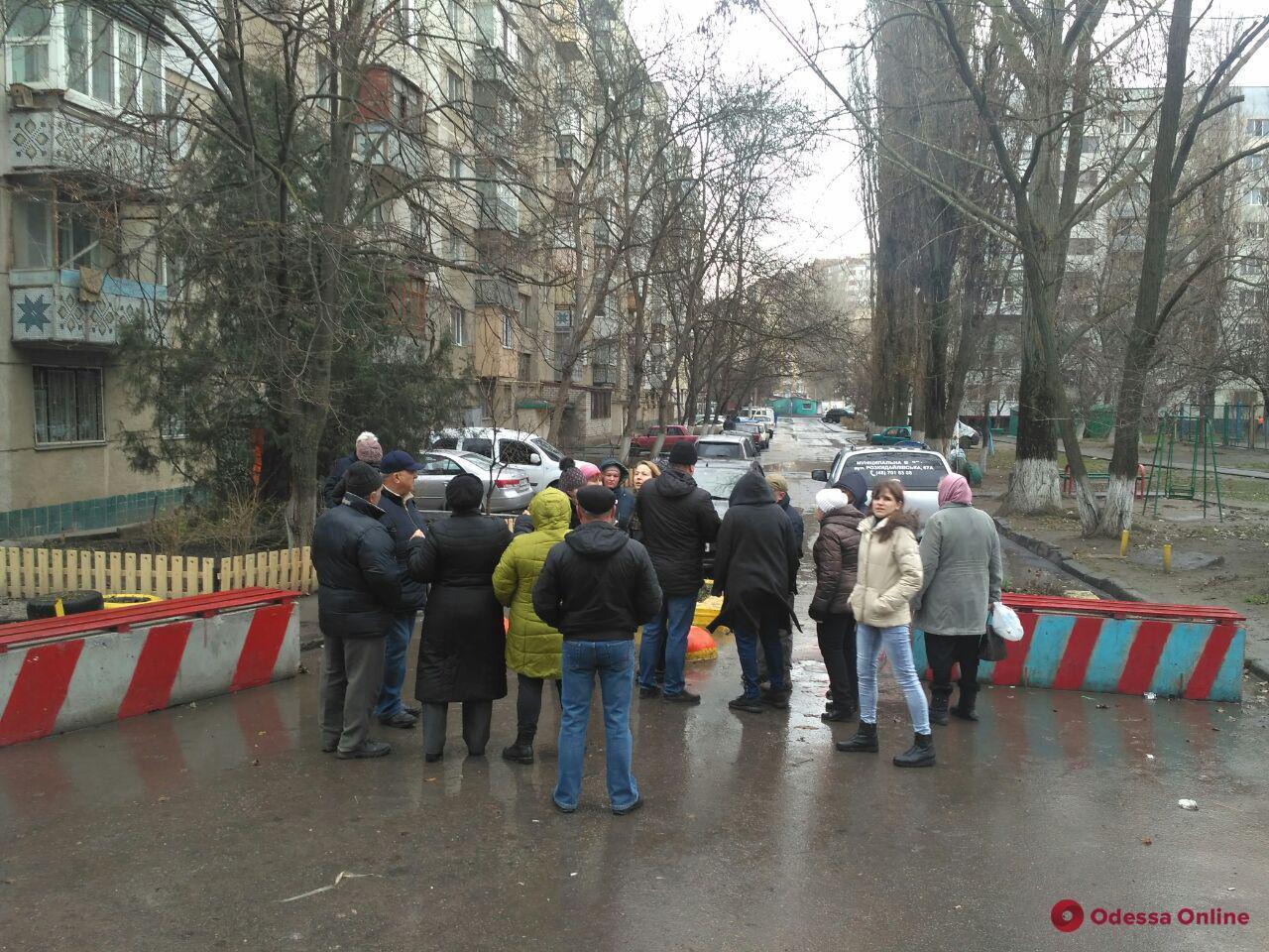 Снос бетонных блоков: жители проспекта Небесной сотни блокировали демонтаж (фото, видео)