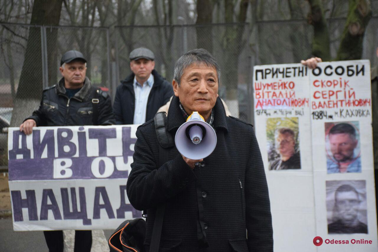 В Одессе Виктор Цой, который 10 лет ищет похищенных жену и дочь, провел пикет (фото, видео)