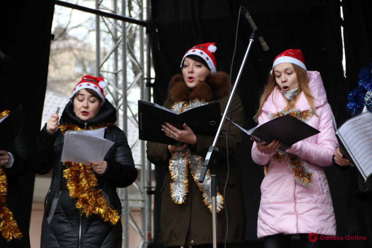 В Летнем театре одесситы слушали рождественские колядки и пили ароматный глинтвейн (фото)