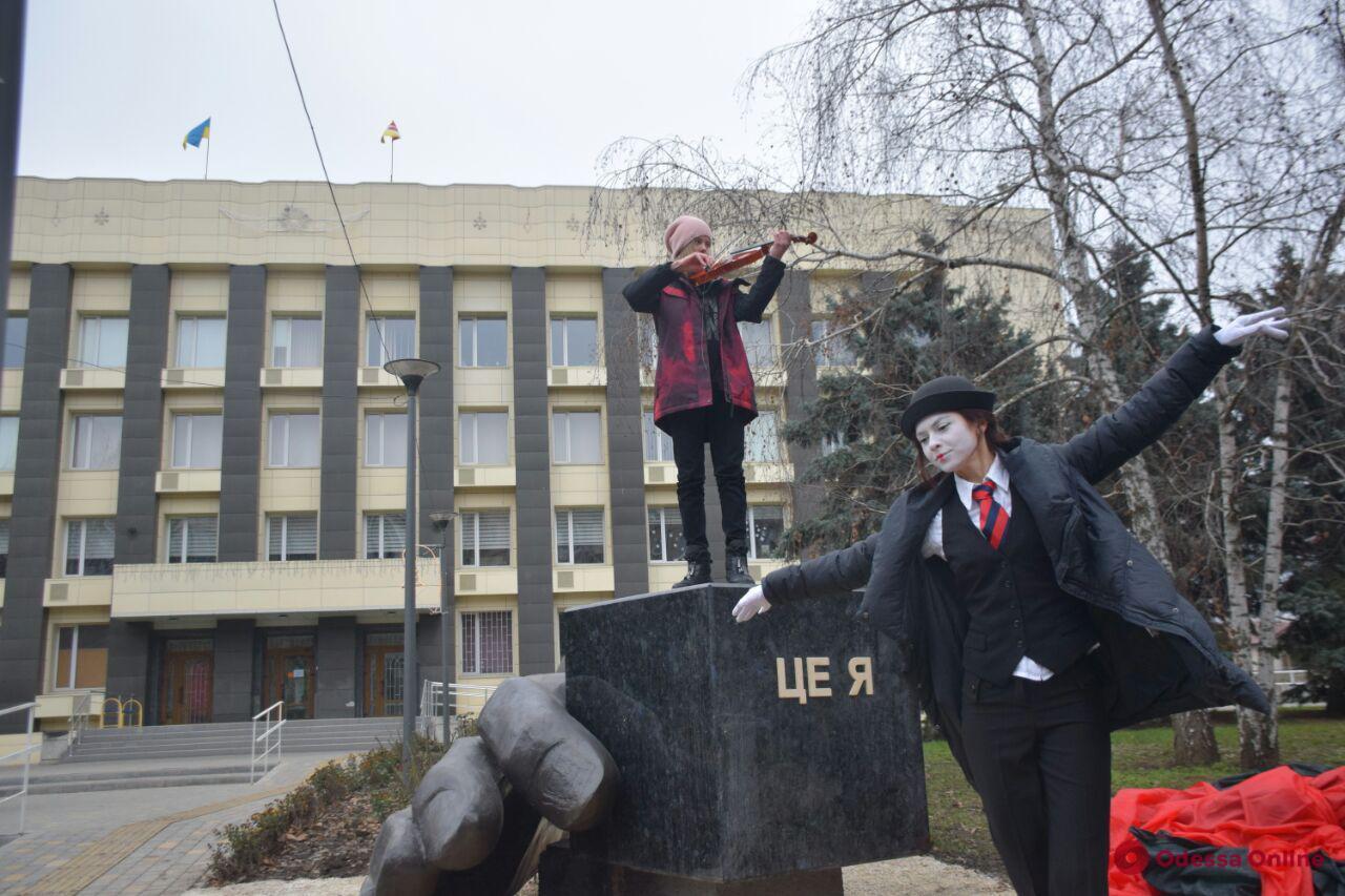 На Таирова установили скульптуру-пьедестал