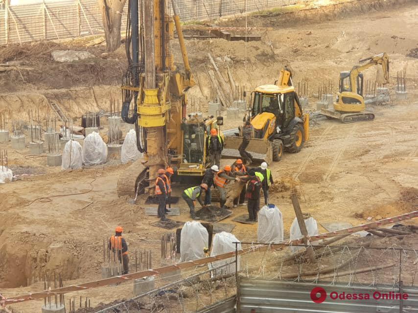 На стройке на Гагаринском плато рабочий упал в трехметровый котлован (фото)