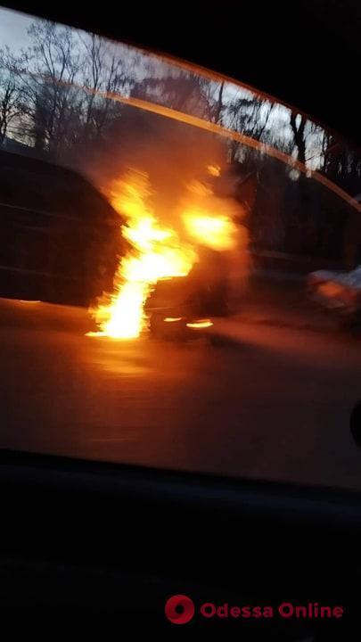 На Артиллерийской горит автомобиль (фото, обновлено)