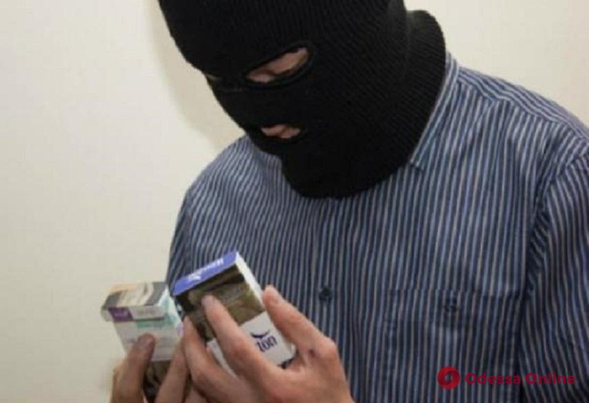 На Таирова рецидивист украл из торгового киоска 200 пачек сигарет