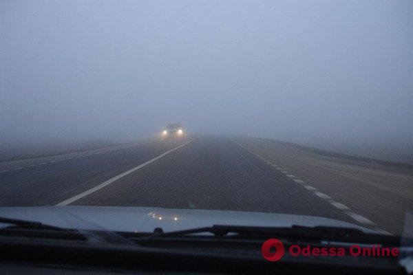 Водителей и пешеходов предупреждают о плохой видимости на дорогах Одесской области