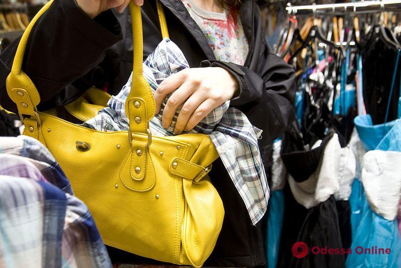 Одесситка систематически воровала одежду из магазинов и продавала ее