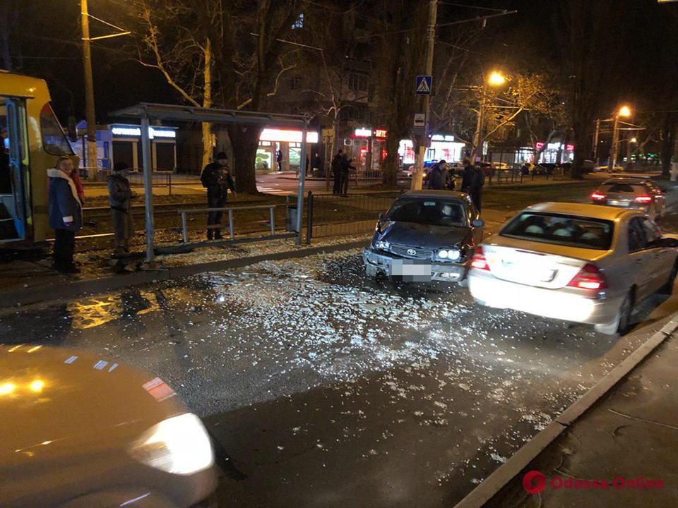 ДТП на Люстдорфской дороге: Toyota влетела в трамвайную остановку