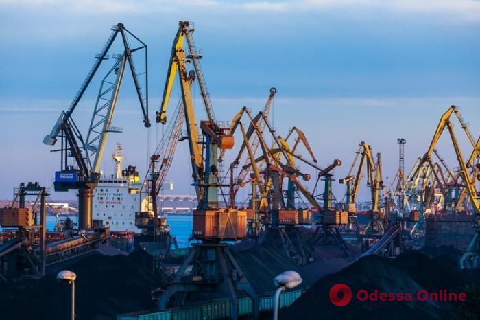 Из-за ветра в двух портах Одесской области ограничена операционная деятельность