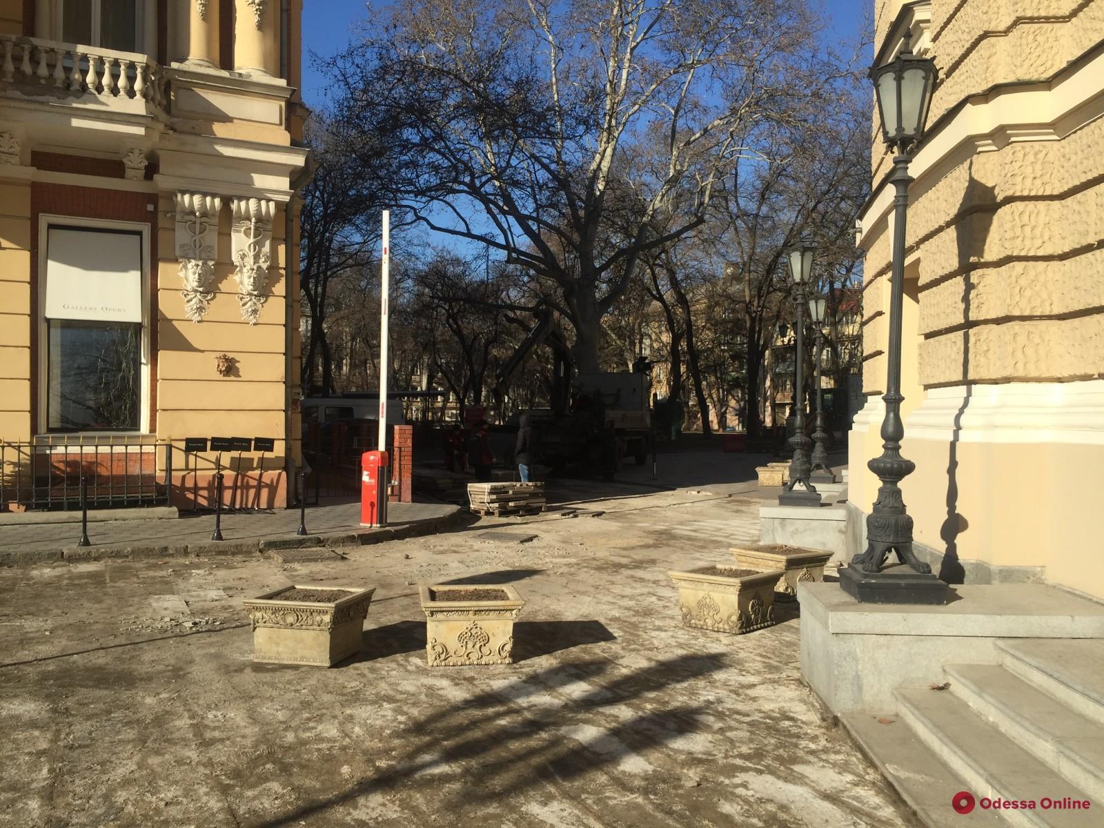 Возле Одесского оперного театра капитально ремонтируют плиточное покрытие (фото)