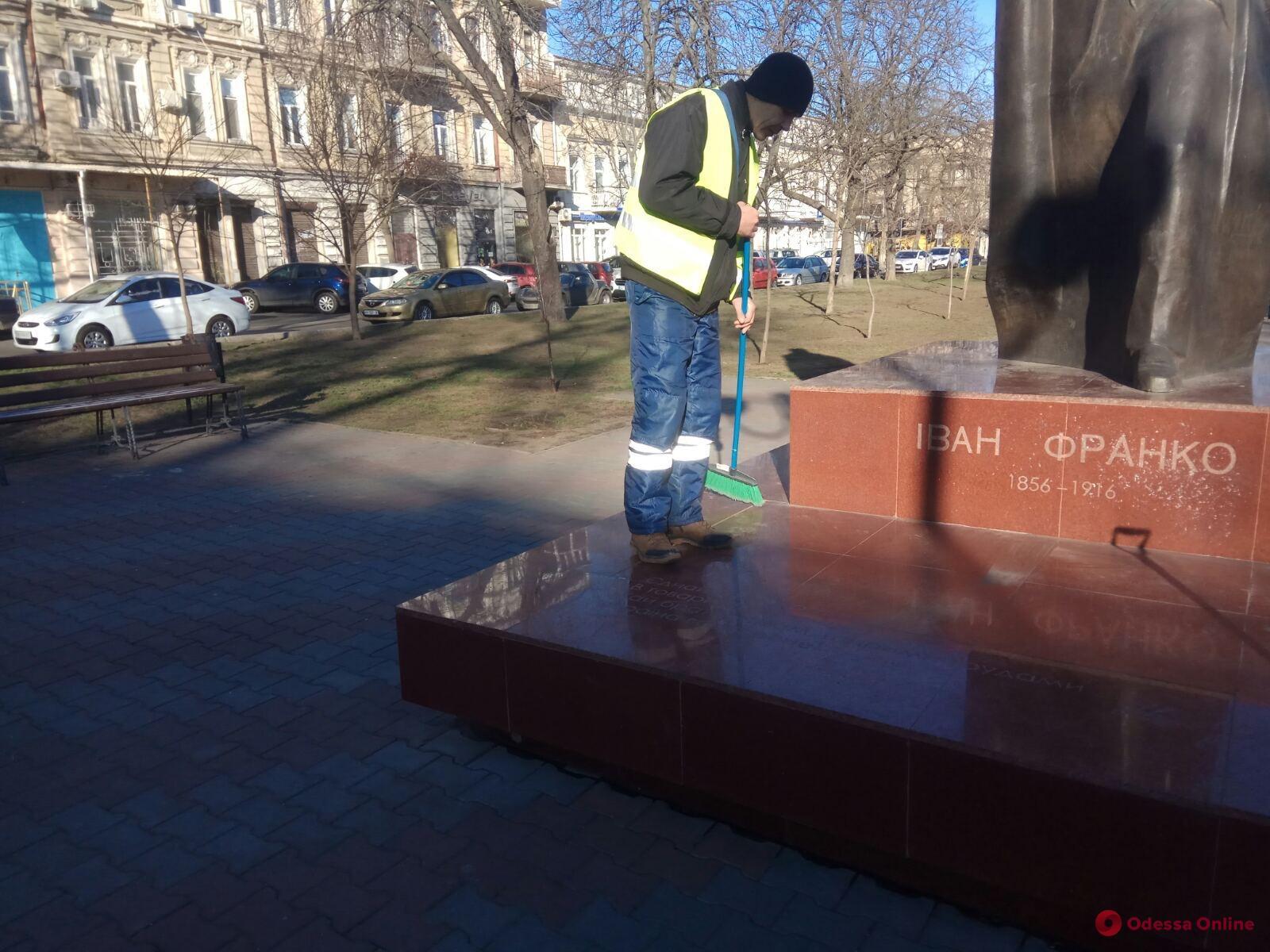 Вандалы разрисовали памятники на Александровском проспекте в Одессе