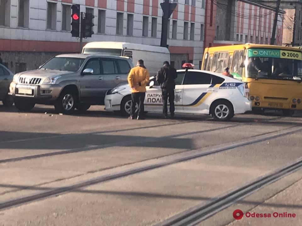 В Одессе автомобиль патрульных столкнулся с внедорожником
