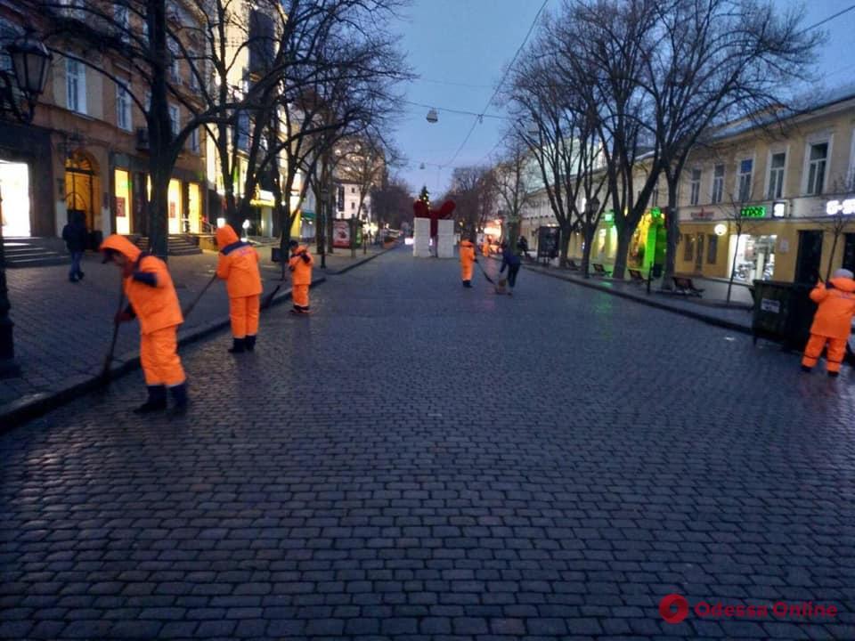 После праздника: с утра пораньше одесские коммунальщики убирали Думскую площадь и центральные улицы (фото)