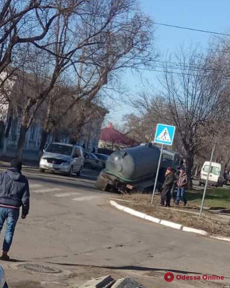 В Одесской области КамАЗ провалился под асфальт