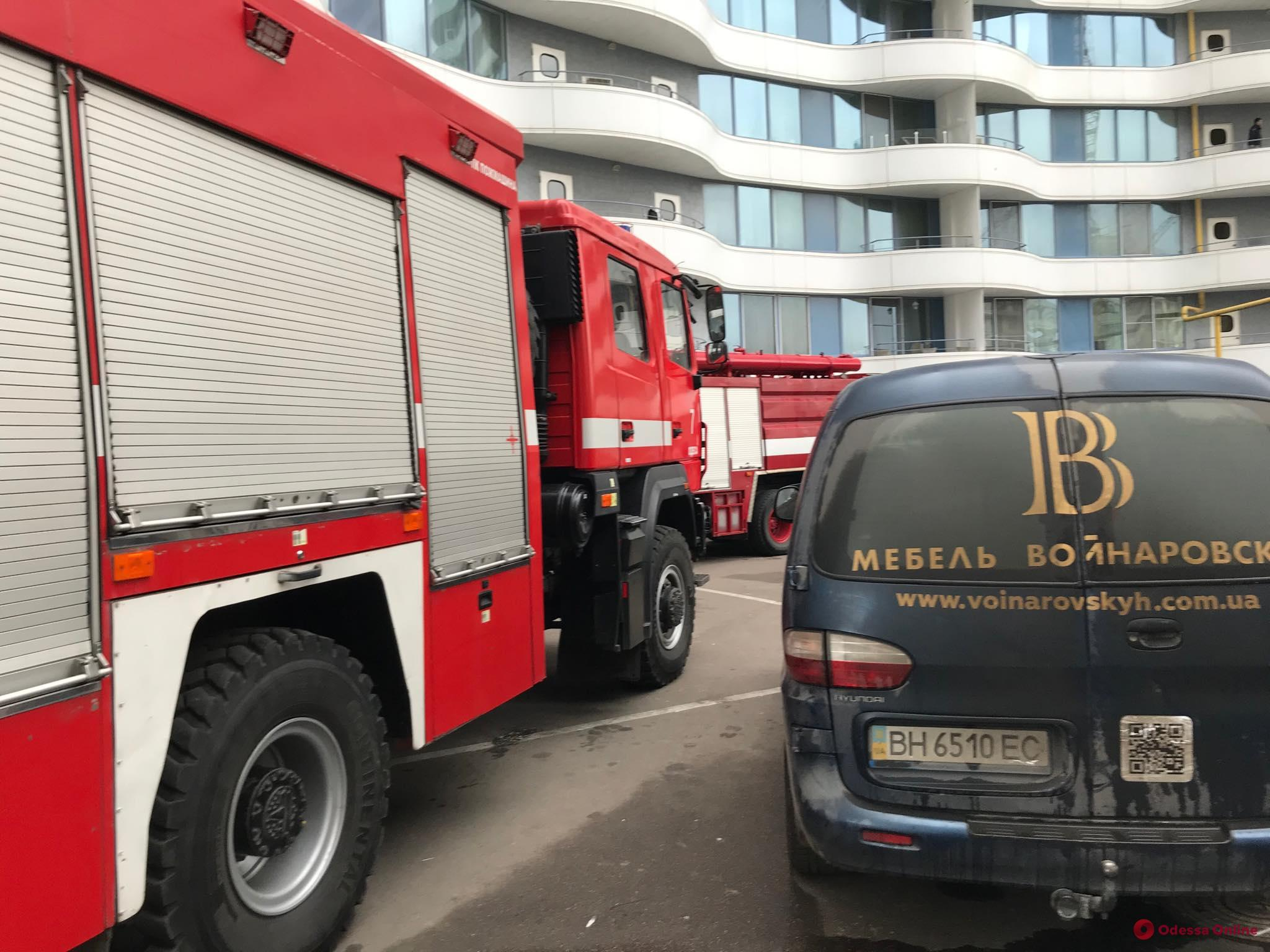В жилом комплексе на Фонтане тушат пожар (фото, видео, обновлено)