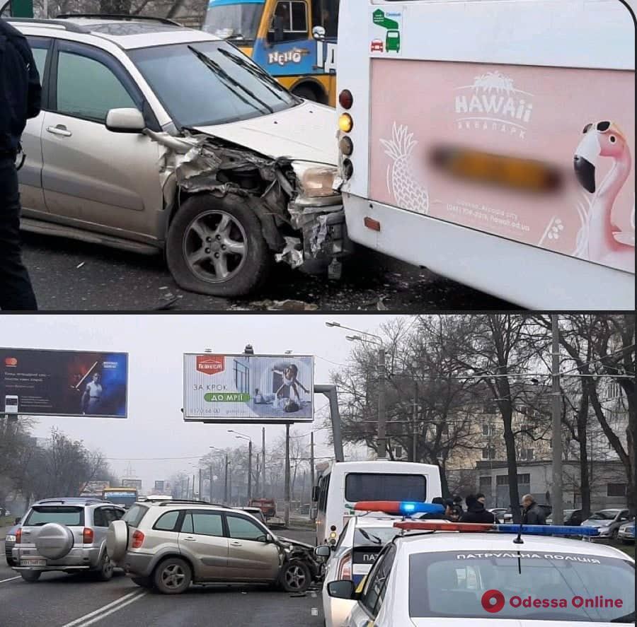 На Люстдорфской дороге внедорожник врезался в маршрутку