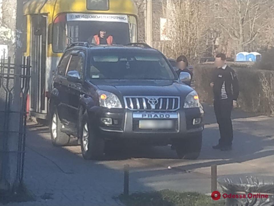 На Куликовом поле автоледи на Toyota Prado заблокировала движение трамвая