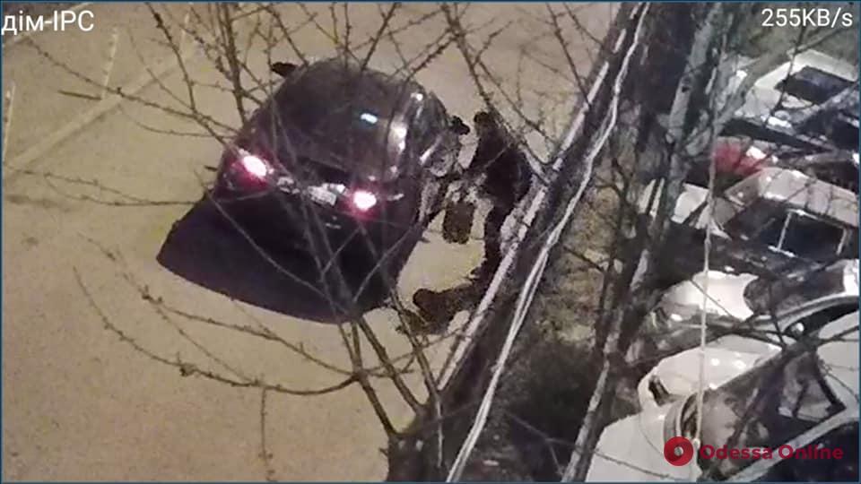Снова в деле: на Таирова «прославившийся» таксист-воришка сливал бензин из чужих авто (фото)